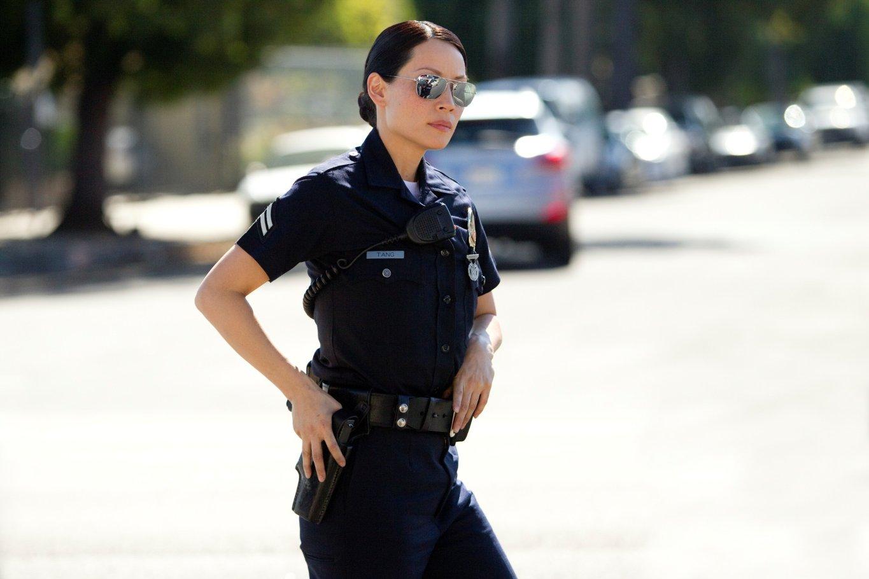 Фото девушка полицейский за руку