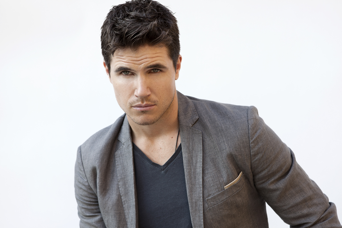 Robbie Amell Robbie Amell new pictures